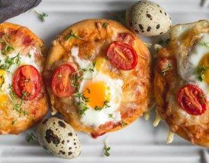 Mini-Pizzen mit Käse und Wachtelei