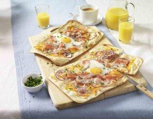Frühstücks-Flammkuchen mit Spiegelei