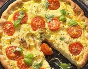 Lauch-Quiche mit Käse und Tomaten