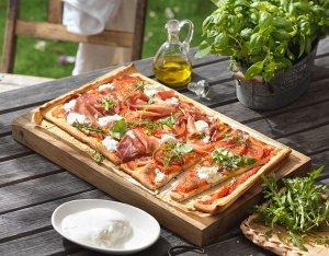 Pizza mit Burrata, Prosciutto & Rucola