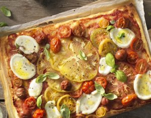 Pizza mit bunten Tomaten