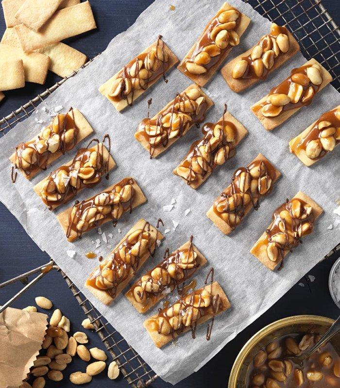 Erdnussstangen mit Salzkaramell