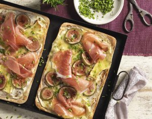 Flammkuchen mit Camembert, Feigen und Prosciutto