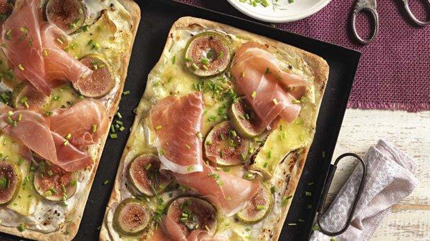 Flammkuchen mit Feigen und Camembert