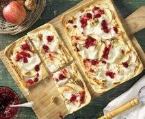 Flammkuchen mit Apfel und Ziegencamembert