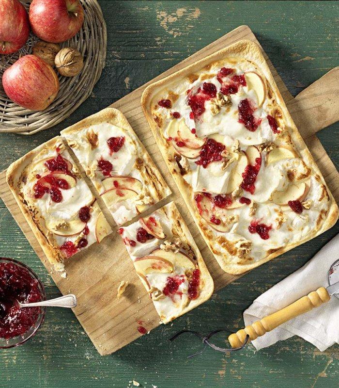 Flammkuchen mit Preiselbeeren, Ziegencamembert und Apfel
