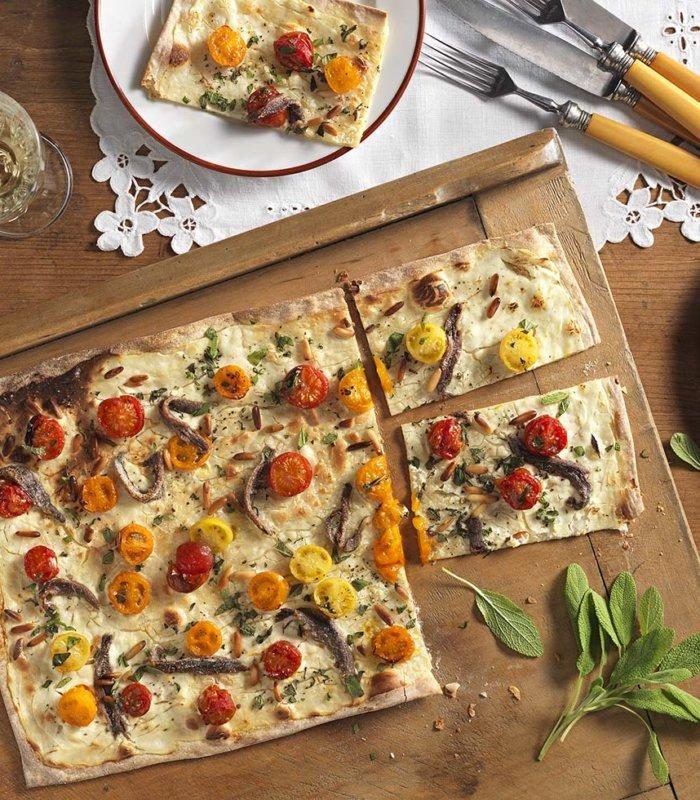 Flammkuchen mit bunten Tomaten und Sardellen