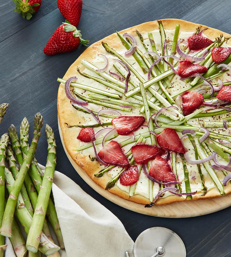 Pizza Bianca mit Spargel und Erdbeeren