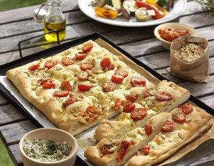 Focaccia mit Tomaten und Pinienkernen