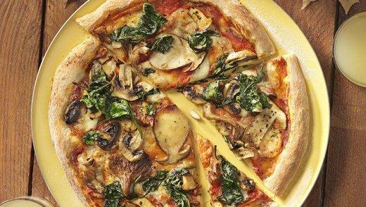 Herbstliche Pizza mit Pilzen und Spinat