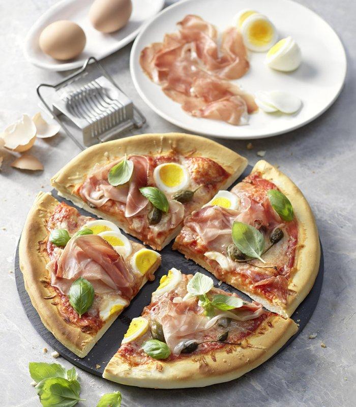 Pizza mit Prosciutto und Ei