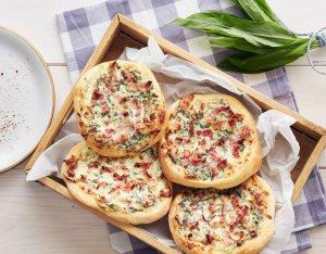 Rahm-Pizzen mit Bärlauch