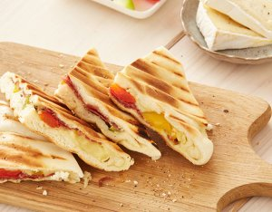 Flammkuchen Toasty: Salami & Brie